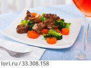 Купить «Fried chicken hearts with baked carrots and broccoli», фото № 33308158, снято 8 июля 2020 г. (c) Яков Филимонов / Фотобанк Лори