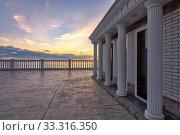 Купить «Beautiful building with columns on a landscaped promenade at sunset», фото № 33316350, снято 17 февраля 2020 г. (c) Иванов Алексей / Фотобанк Лори