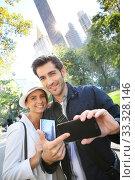Купить «Couple of tourists in New York City showing smartphone screen», фото № 33328146, снято 4 апреля 2020 г. (c) PantherMedia / Фотобанк Лори