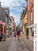 Онфлер, Франция. Туристы на улице Ом де Буа (Homme de Bois) (2017 год). Редакционное фото, фотограф Rokhin Valery / Фотобанк Лори