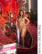 LAS PALMAS, SPAIN - February 29, 2020: Carnival Dames accompany the Queen in the main Carnival parade as it crosses the city of Las Palmas de Gran Canaria. Редакционное фото, фотограф Tamara Kulikova / Фотобанк Лори