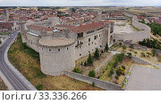 Купить «Aerial panoramic view of small Spanish town of Cuellar overlooking ancient fortified castle», видеоролик № 33336266, снято 20 июня 2019 г. (c) Яков Филимонов / Фотобанк Лори