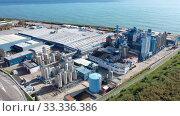 Aerial panoramic view of chemical process plant on Mediterranean coast near Mataro, Catalonia, Spain (2019 год). Стоковое видео, видеограф Яков Филимонов / Фотобанк Лори
