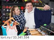 couple is choosing on shorts for tennis. Стоковое фото, фотограф Яков Филимонов / Фотобанк Лори