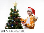 Eight-year-old girl dresses up Christmas tree, portrait. Стоковое фото, фотограф Иванов Алексей / Фотобанк Лори