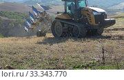 Купить «Гусеничный трактор Челленджер МТ775Е начинает распашку поля солнечным сентябрьским днем. Тоскана, Италия», видеоролик № 33343770, снято 22 сентября 2017 г. (c) Виктор Карасев / Фотобанк Лори