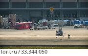Купить «Supervisor meets helicopter at the airport», видеоролик № 33344050, снято 28 ноября 2016 г. (c) Игорь Жоров / Фотобанк Лори