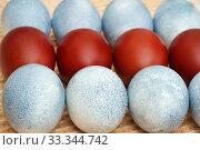 Купить «Голубые и красные пасхальные яйца», эксклюзивное фото № 33344742, снято 16 апреля 2017 г. (c) Dmitry29 / Фотобанк Лори