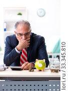Купить «Old male accountant in budget planning concept», фото № 33345810, снято 12 сентября 2019 г. (c) Elnur / Фотобанк Лори