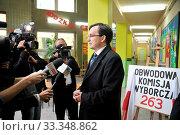 PHOTO: ARTUR KOSTKOWSKI BE&W PHOTO 2011-10-09 EURO POSEL ZBIGIEW ZIOBRO ODDAJE GLOS W WYBORACH PARLAMENTARNYCH 2011. GLOS ODDAL W JEDNEJ Z LODZKICH KOMISJI OBWODOWYCH. NZ/ ZBIGNIEW ZIOBRO. Редакционное фото, фотограф Kostkowski Artur / age Fotostock / Фотобанк Лори