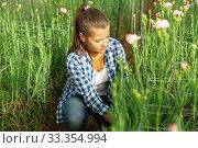 Portrait of florist with flowers carnation in greenhouse. Стоковое фото, фотограф Яков Филимонов / Фотобанк Лори