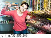 Купить «Brunette girl buying candies», фото № 33355206, снято 22 марта 2017 г. (c) Яков Филимонов / Фотобанк Лори