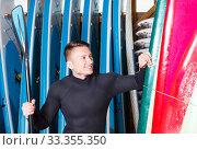 Surf instructor posing with paddle. Стоковое фото, фотограф Яков Филимонов / Фотобанк Лори