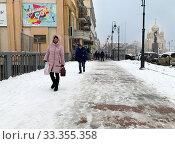 Купить «Люди идут по улице Светланской в снегопад в марте. Владивосток, Россия», фото № 33355358, снято 4 марта 2020 г. (c) Овчинникова Ирина / Фотобанк Лори