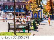 Kiev, Ukraine-August, 08, 2012: Kiev girls and Kiev residents on Khreshchatyk street on a sunny summer day. Редакционное фото, фотограф Владимир Устенко / Фотобанк Лори