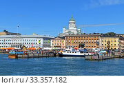 Market Square (Kauppatori) and South Harbor on background of Evangelical Lutheran cathedral of Diocese, in summer, Helsinki (2019 год). Редакционное фото, фотограф Валерия Попова / Фотобанк Лори