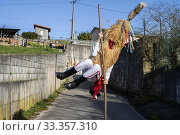 During the tour of 'Los Sidros' through the town of Valdesoto (Asturias) they use a long hazelnut stick to make spectacular jumps. (2020 год). Редакционное фото, фотограф Joaquín Gómez / age Fotostock / Фотобанк Лори