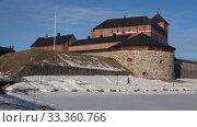 Старинная крепость города Хамеенлинна крупным планом весенним днем. Финляндия (2019 год). Стоковое видео, видеограф Виктор Карасев / Фотобанк Лори