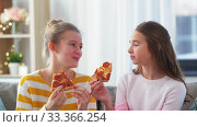 happy teenage girls eating takeaway pizza at home. Стоковое видео, видеограф Syda Productions / Фотобанк Лори