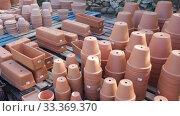 Купить «Different clay pots for garden or greenhouse plants stacked in garden supplies store», видеоролик № 33369370, снято 8 ноября 2019 г. (c) Яков Филимонов / Фотобанк Лори
