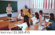 Купить «Female speaker giving lesson for university students in lecture hall», видеоролик № 33369410, снято 30 марта 2020 г. (c) Яков Филимонов / Фотобанк Лори