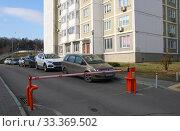 Закрытый шлагбаум на въезде во двор жилого дома (2020 год). Редакционное фото, фотограф Щеголева Ольга / Фотобанк Лори