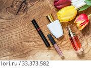 Разноцветные тюльпаны и декоративная косметика на фактурной деревянной поверхности. Место для текста. Стоковое фото, фотограф Наталья Гармашева / Фотобанк Лори