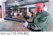 Player in red mask in paintball club. Стоковое фото, фотограф Яков Филимонов / Фотобанк Лори