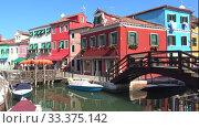 Купить «На острове Бурано солнечным днем. Венеция, Италия», видеоролик № 33375142, снято 26 сентября 2017 г. (c) Виктор Карасев / Фотобанк Лори