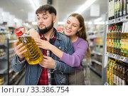Купить «couple selecting organic vegetable oil», фото № 33386754, снято 17 февраля 2020 г. (c) Яков Филимонов / Фотобанк Лори