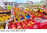 Market stall with apples and pears. Редакционное фото, фотограф Роман Сигаев / Фотобанк Лори