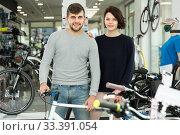 Modern couple standing with sport bicycle. Стоковое фото, фотограф Яков Филимонов / Фотобанк Лори