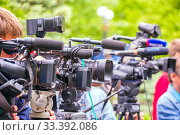 Russia Samara May 2019: cameramen filming a report from a city holiday in the park with video cameras. Редакционное фото, фотограф Акиньшин Владимир / Фотобанк Лори