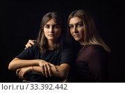 Светотеневой портрет матери и дочери на черном фоне. Стоковое фото, фотограф Иванов Алексей / Фотобанк Лори