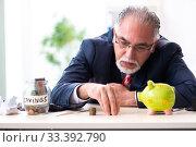 Купить «Old male accountant in budget planning concept», фото № 33392790, снято 12 сентября 2019 г. (c) Elnur / Фотобанк Лори