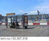 Купить «Остановка общественного транспорта «Павелецкий вокзал». Район Замоскворечье. Город Москва», эксклюзивное фото № 33397318, снято 23 июня 2012 г. (c) lana1501 / Фотобанк Лори
