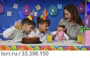 Дети и мама разговаривают сидя за праздничным столом. Стоковое видео, видеограф Иванов Алексей / Фотобанк Лори