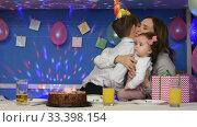 Два брата поздравляют маму с днем рождения и целуют в щеку. Стоковое видео, видеограф Иванов Алексей / Фотобанк Лори
