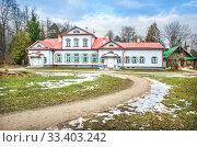 Купить «Дом с красной крышей The main house with a red roof», фото № 33403242, снято 9 марта 2020 г. (c) Baturina Yuliya / Фотобанк Лори