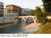 Вид в городе Сараево с Латинским мостом и рекой Миляцкой (2012 год). Редакционное фото, фотограф Солодовникова Елена / Фотобанк Лори