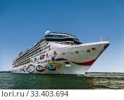 Ocean cruise ship Norwegian star in the Venetian lagoon. Venice, Italy (2017 год). Редакционное фото, фотограф Наталья Волкова / Фотобанк Лори