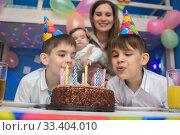 Купить «Дети задули свечки на праздничном пироге», фото № 33404010, снято 19 марта 2020 г. (c) Иванов Алексей / Фотобанк Лори