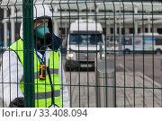 Купить «Сотрудник транспортной инспекции осуществляет проверку междугородных автобусов на Северном автовокзале в городе Москве во время эпидемии COVID-19 коронавируса, Россия», фото № 33408094, снято 21 марта 2020 г. (c) Николай Винокуров / Фотобанк Лори