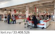 Москва, 22 марта 2020. Люди ходят и делают покупки в гипермаркете Ашан. Редакционное фото, фотограф Мила Демидова / Фотобанк Лори