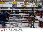 Покупатели у полок с макаронными изделиями в гипермаркете Ашан в торговом центре Мега в городе Химки, Россия. Редакционное фото, фотограф Николай Винокуров / Фотобанк Лори