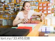 Female vendee reviews gift boxes. Стоковое фото, фотограф Яков Филимонов / Фотобанк Лори