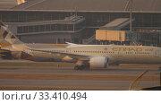 Купить «Etihad Boeing 787 Dreamliner towing», видеоролик № 33410494, снято 7 ноября 2019 г. (c) Игорь Жоров / Фотобанк Лори