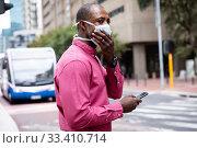 Купить «African American wearing covid19 coronavirus mask in the street », фото № 33410714, снято 11 марта 2020 г. (c) Wavebreak Media / Фотобанк Лори