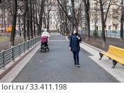 Купить «Женщины в медицинских масках на прогулке. Пандемия, Коронавирус.», фото № 33411198, снято 23 марта 2020 г. (c) Светлана Голинкевич / Фотобанк Лори