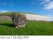 Newgrange, Neolithic passage tomb dated to 3 200 BC, white quartz cobblestone revetment and kerbstones, World Heritage Site, County Meath, Ireland. October 2019. Стоковое фото, фотограф Will Watson / Nature Picture Library / Фотобанк Лори